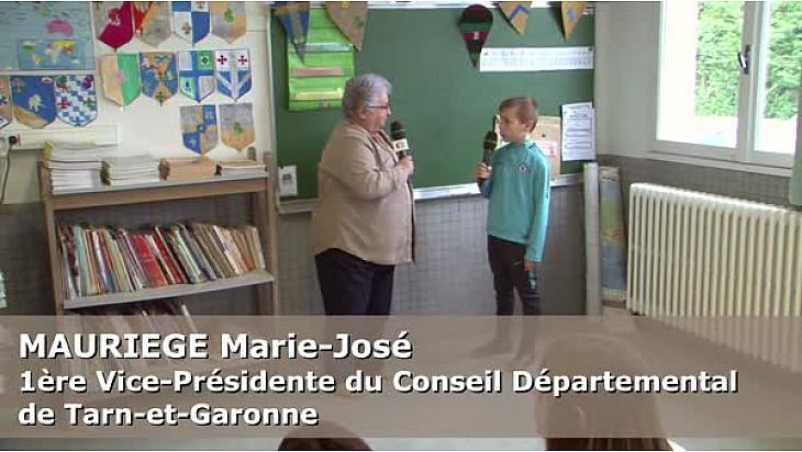Mme MAURIEGE Marie-José, 1ère Vice-Présidente du Conseil départemental 82,  au micro des Jeunes Reporters de l'école George Sand à Montauban.