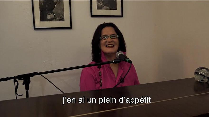 Caroline Harvey chante 'L'hymne à la vie'