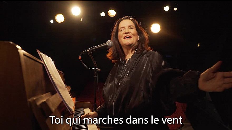 Caroline Harvey chante 'L'important c'est la rose'