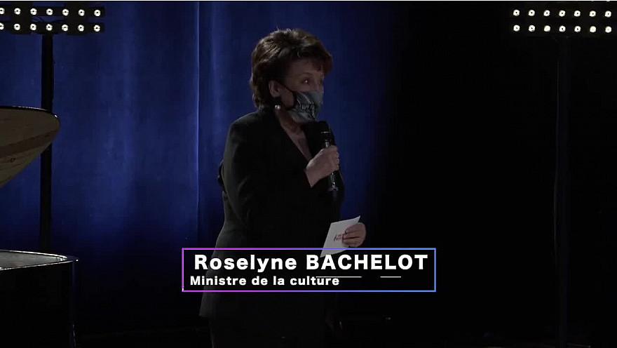 Roselyne BACHELOT ministre de la culture félicite les candidats lors de la finale du concours des ''Voix des Outre-mer' à l'Opéra Bastille.